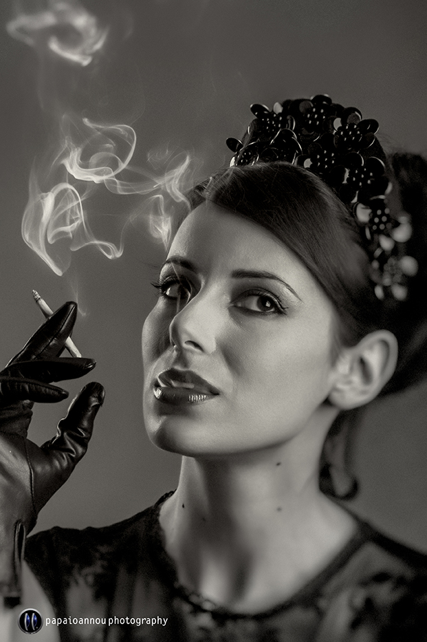 An actress posing as a 30' s movie star